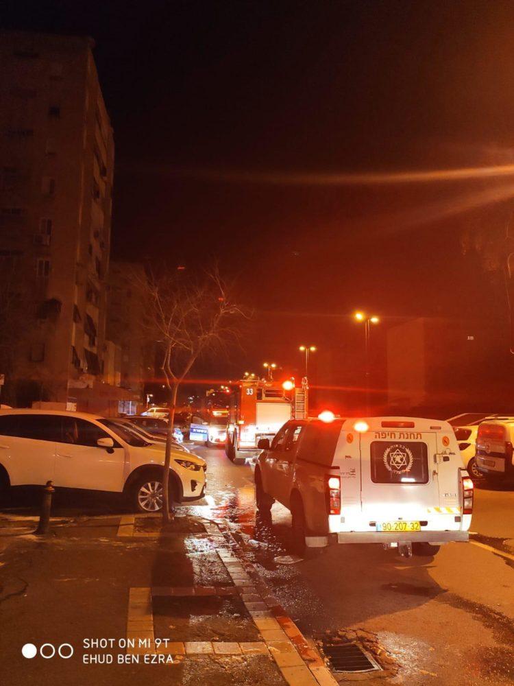 כבאית ורכב פיקוד - שריפת מחסן בלובי של בניין רב קומות ברחוב חטיבת כרמלי בחיפה (צילום: לוחמי האש)
