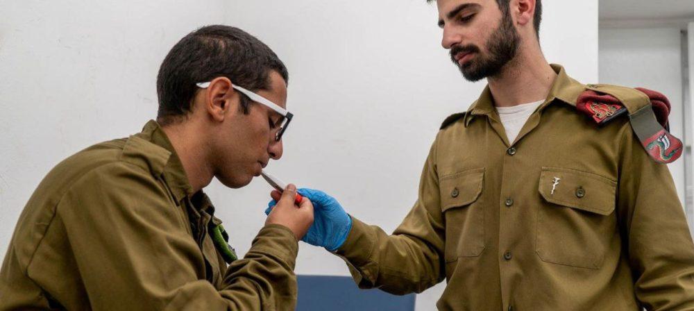 """קורונה • בדיקת חום לחייל בצה""""ל (צילום: דובר צה""""ל)"""