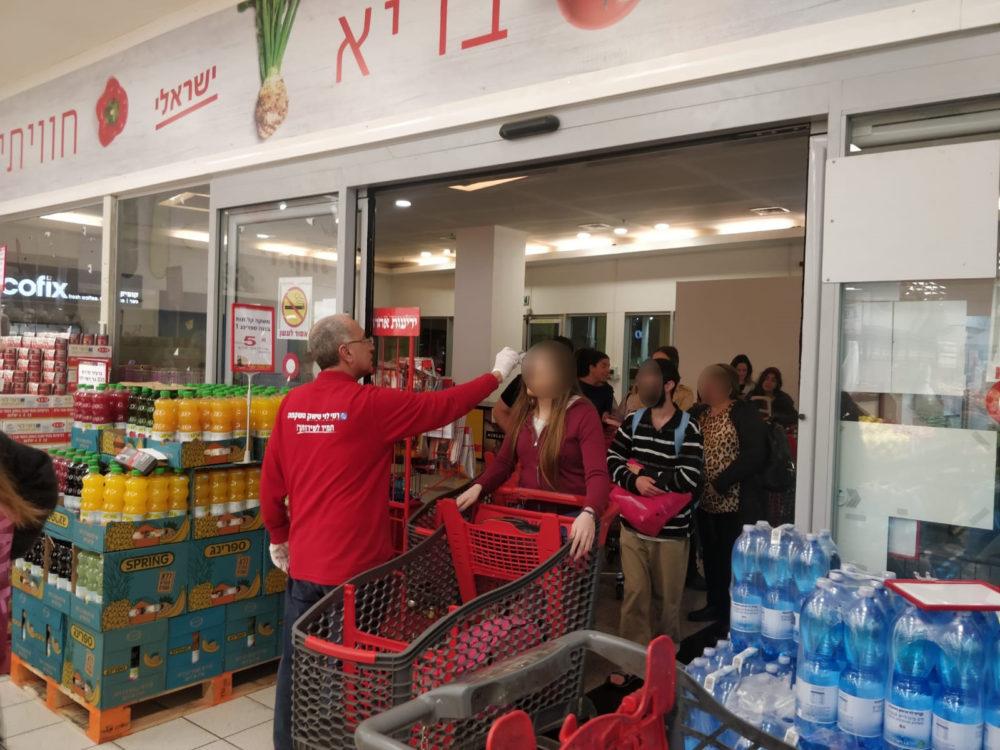 קורונה • בסניף רמי לוי בקניון חיפה מודדים חום לקונים הנכנסים (צילום: דרור כץ)