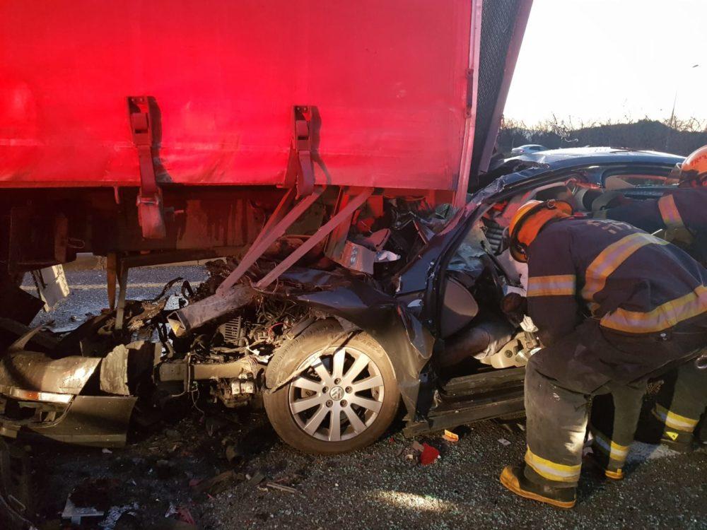 הרוג בתאונת דרכים בין רכב פרטים למשאית בסמוך לעין המפרץ (צילום: כבאות והצלה)