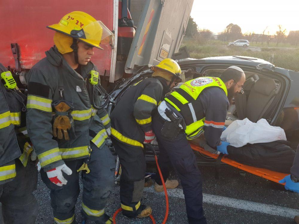 לוחמי האש מחלצים הרוג בתאונת דרכים בין רכב פרטים למשאית בסמוך לעין המפרץ (צילום: כבאות והצלה)
