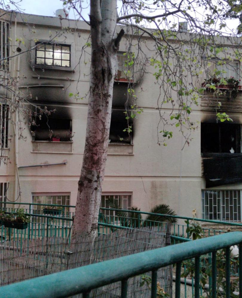 חמישה לכודים חולצו מדירה שעלתה באש ברחוב כרמי בחיפה (צילום: לוחמי האש)