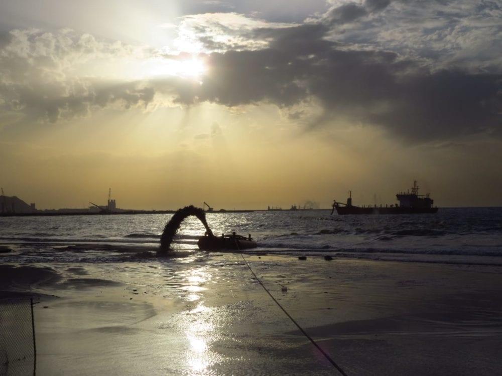 מילוי חול - נסיגת החול בחוף קריית חיים בחיפה (צילום: מוטי מנדלסון)