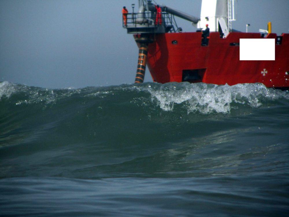 ספינה העוסקת במילוי חול - נסיגת החול בחוף קריית חיים בחיפה (צילום: מוטי מנדלסון)