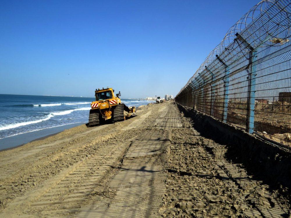 דחפור - מילוי חול - נסיגת החול בחוף קריית חיים (צילום: מוטי מנדלסון)