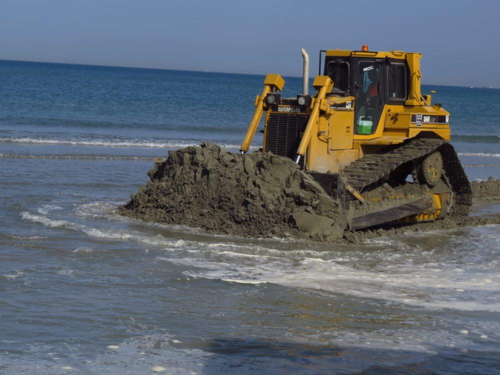דחפור ממלא חול - נסיגת החול בחוף קריית חיים (צילום: מוטי מנדלסון)