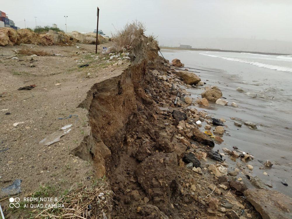 נסיגת החול בחוף קריית חיים בחיפה (צילום: מוטי מנדלסון)