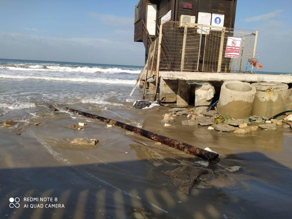 סככת מציל שנחשפה בעת נסיגת החול בחיפה (צילום: מוטי מנדלסון)