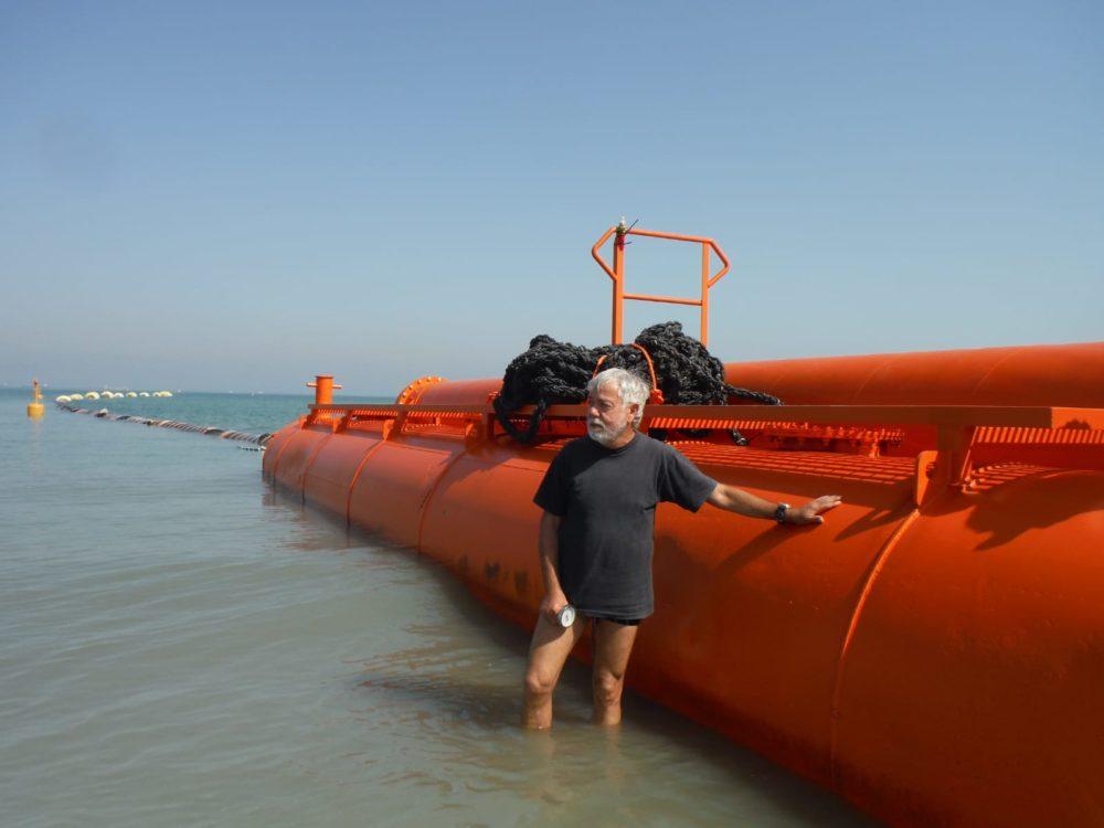 מוטי מנדלסון לייד ציוד למילוי חול - נסיגת החול בחוף קריית חיים בחיפה (צילום: מוטי מנדלסון)