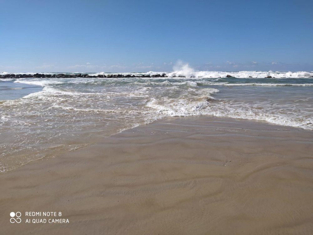 התנגשות גלים בשני צידי החוף (צילום: מוטי מנדלסון - חוקר ימי)