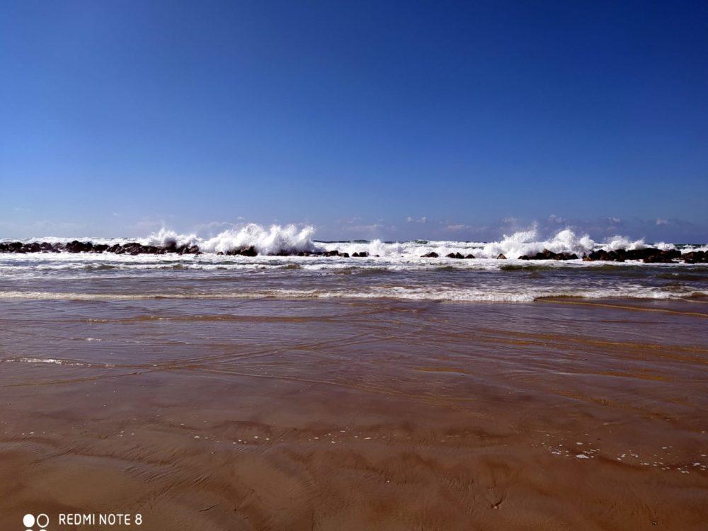 שקע במרכז השובר של אבנים שקרסו עקב הסערות (צילום: מוטי מנדלסון - חוקר ימי)