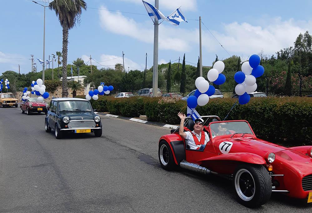 מצעד מכוניות בחיפה מגיע לכרמל הצרפתי (צילום: ענת פלדמן)