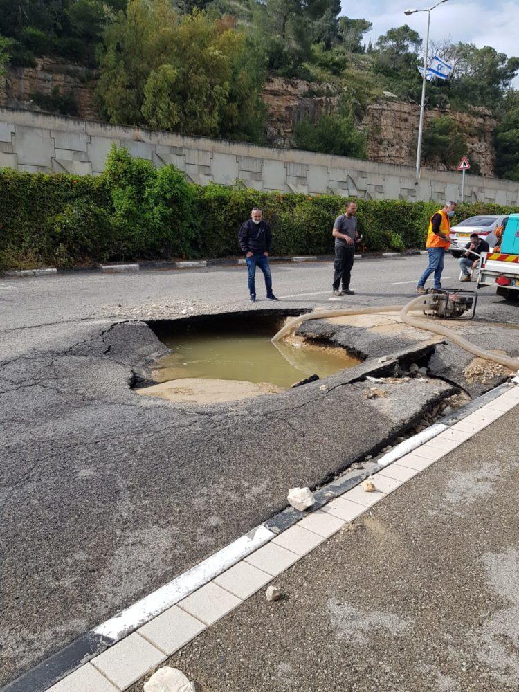 פיצוץ צינור מים שיצר חור בכביש (צילום מי כרמל)