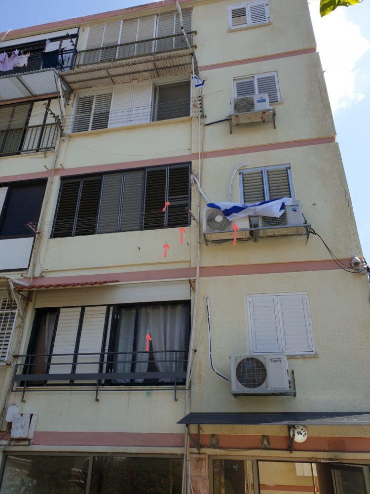 חלון מנוקב מקליע - הירי בשפרינצק בחיפה מהכביש לכיוון הדירה (צילום: חי פה)