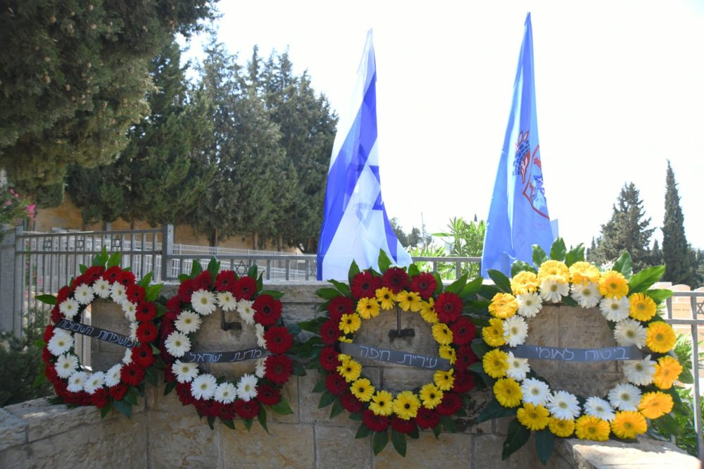 """פרחים באנדרטאות לחללי צה""""ל(צילום ניר בלזיצקי - דוברות עיריית חיפה)"""