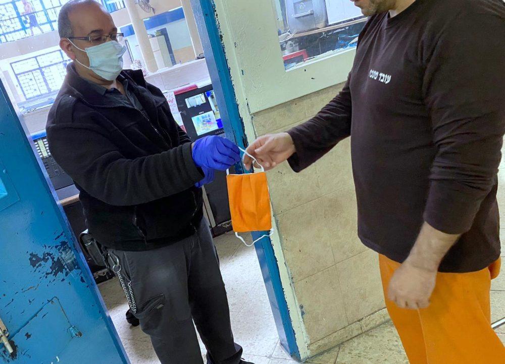 חלוקת מסיכות מגן לפנים לאסירים בכלא (צילום: דוברות שירות בתי הסוהר)
