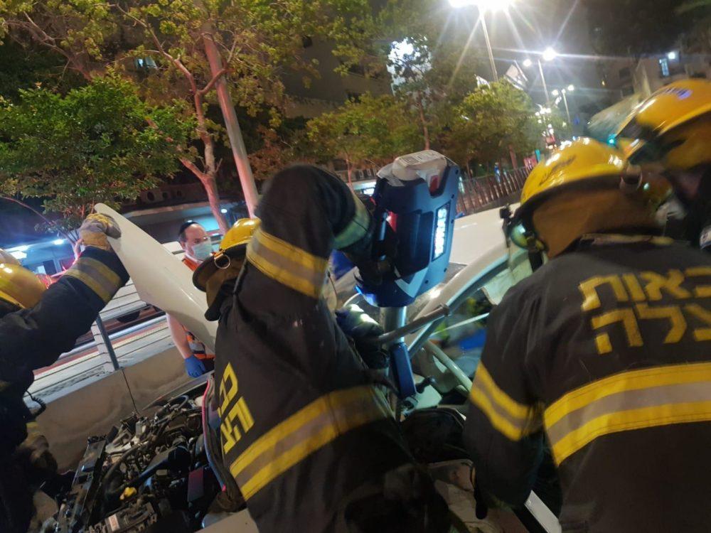 רכב מרוסק בתאונת דרכים קשה ברחוב העצמאות בחיפה במעורבות שני רכבים (צילום: כבאות והצלה)