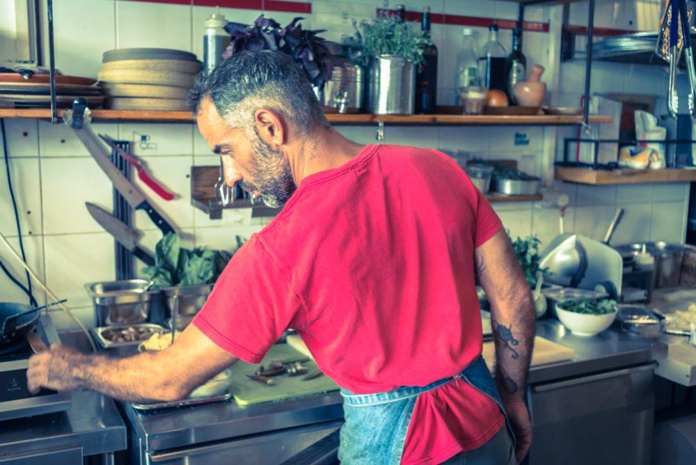 תומר אברג'יל בפיצרייה תלפיות (צילום: דניאל שניאורסון)