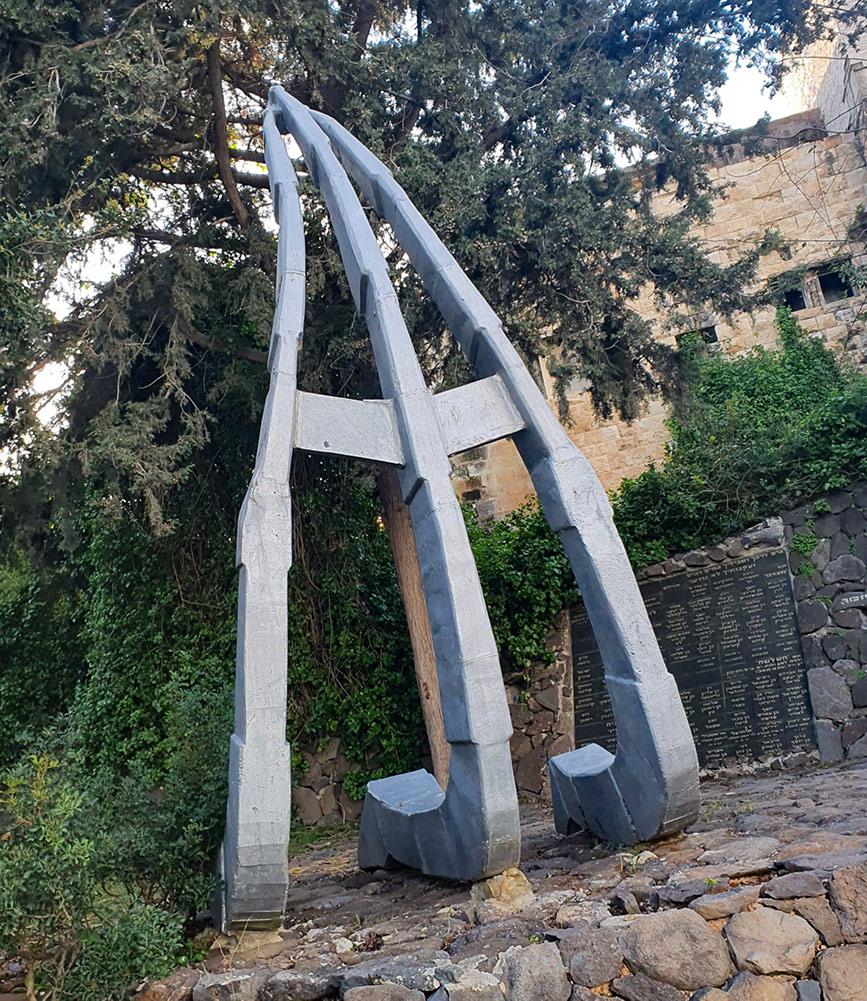 האנדרטה לזכרם של ימאי צי הסוחר הישראלי אשר ניספו בים ומקום קבורתם לא נודע (צילום: יעל ניצן)