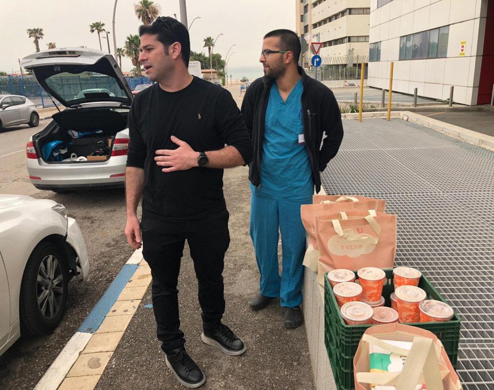 אריאל גרבויס עם הצוות הרפואי • החלים מקורונה (אלבום אישי)