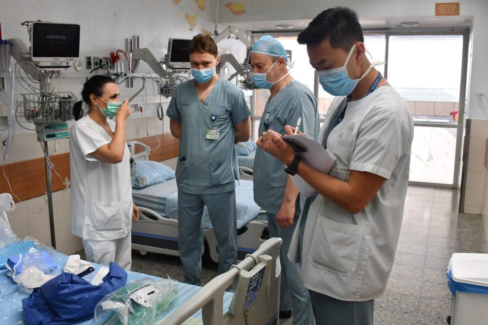 צוות רפואי במחלקת קורונה 2 בבית החולים כרמל בחיפה (צילום: אלי דדון)