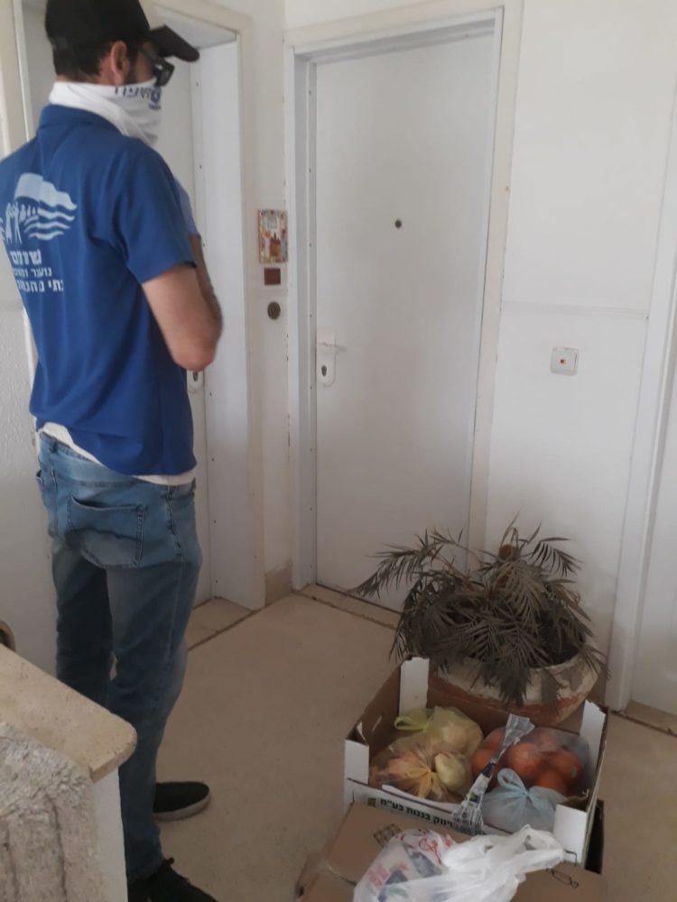 חלוקת מזון לנזקקים בחיפה (צילום: טל מסד)