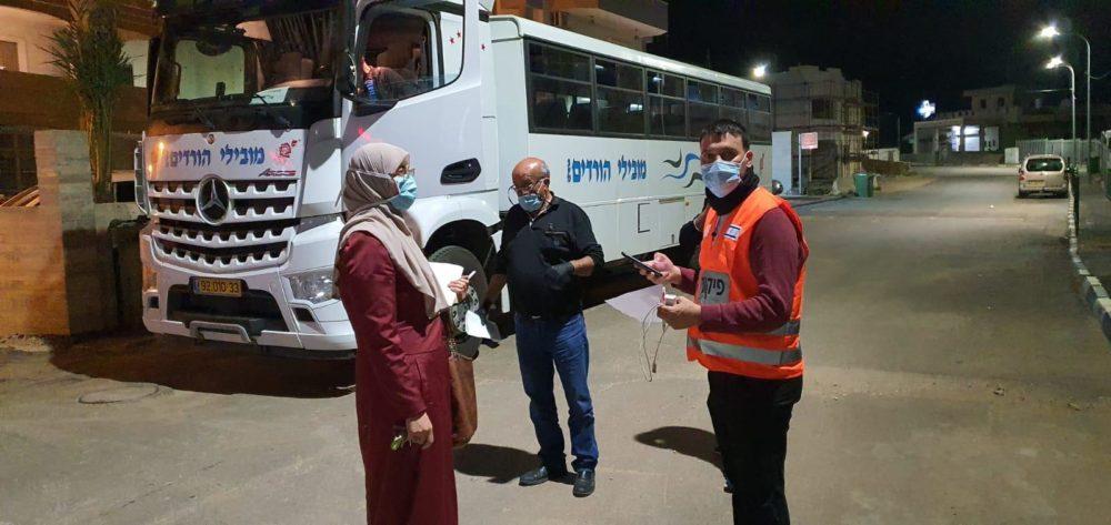 האוטובוס בו 14 תושבי דיר אל-אסד מחויבי בידוד נוסעים כעת לאכסניית הנוער בחיפה (צילום: משרד הפנים)