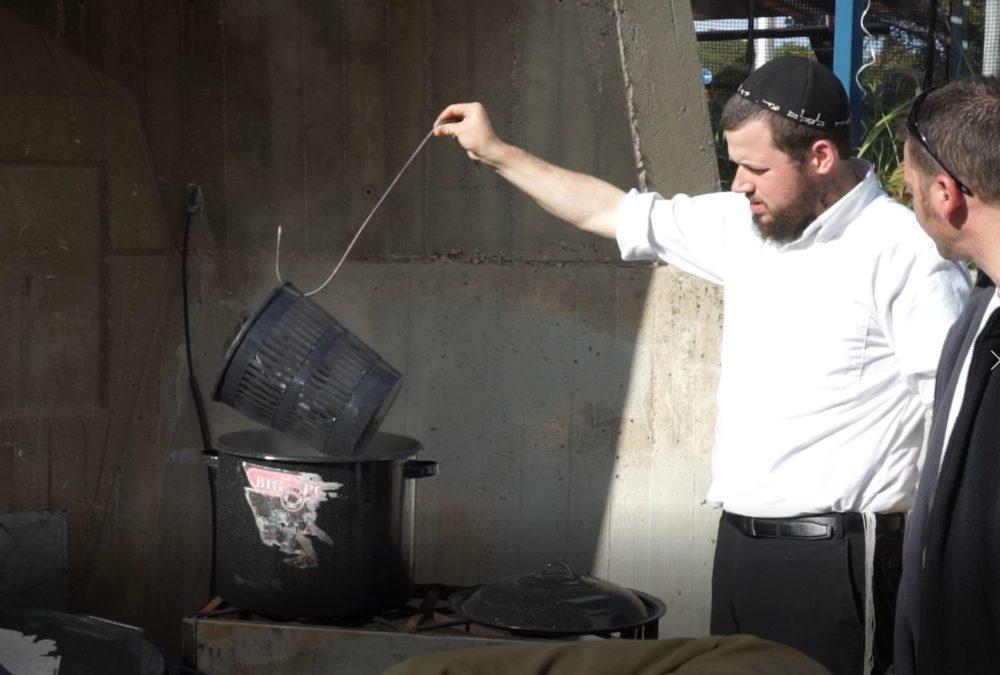 הרב יהודה גינזבורג מגעיל כלים בכרמל הצרפתי (ארכיון) (צילום: ירון כרמי)