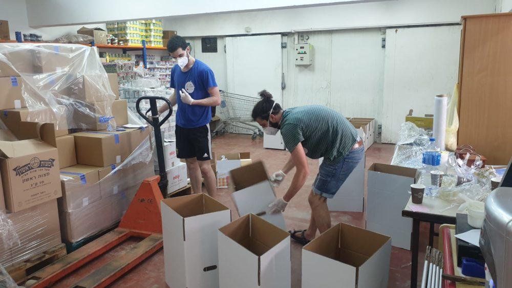 חלוקת מזון לנזקקים בחיפה בעת משבר הקורונה - לב חש (צילום: דודי מיבלום)