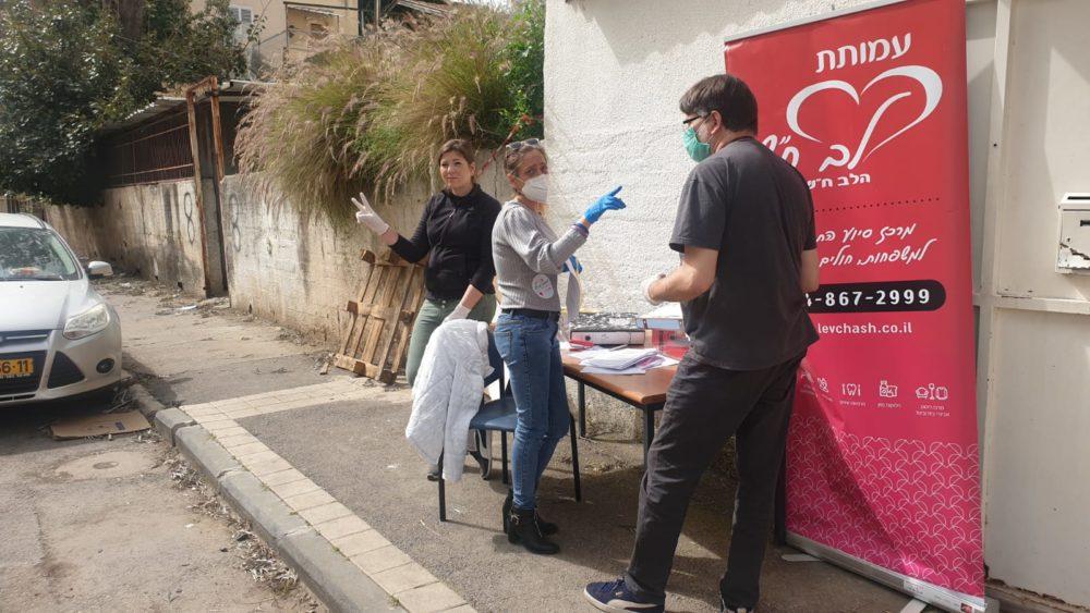חלוקת משימות למתנדבים - חלוקת מזון לנזקקים בחיפה בעת משבר הקורונה - לב חש (צילום: דודי מיבלום)