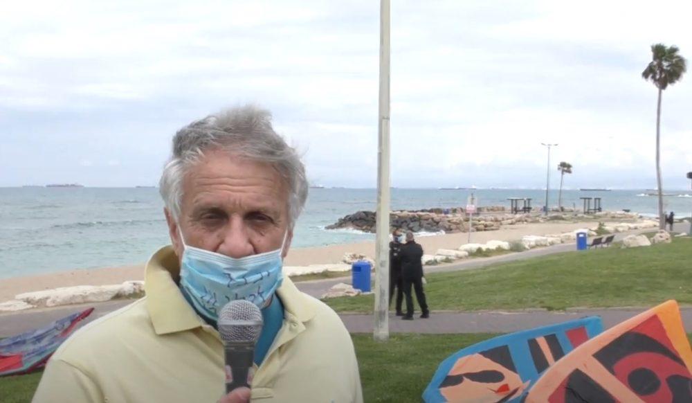 אקי פלקסר במחאת הגולשים בחיפה - למען גישה חופשית לים בסגר הקורונה
