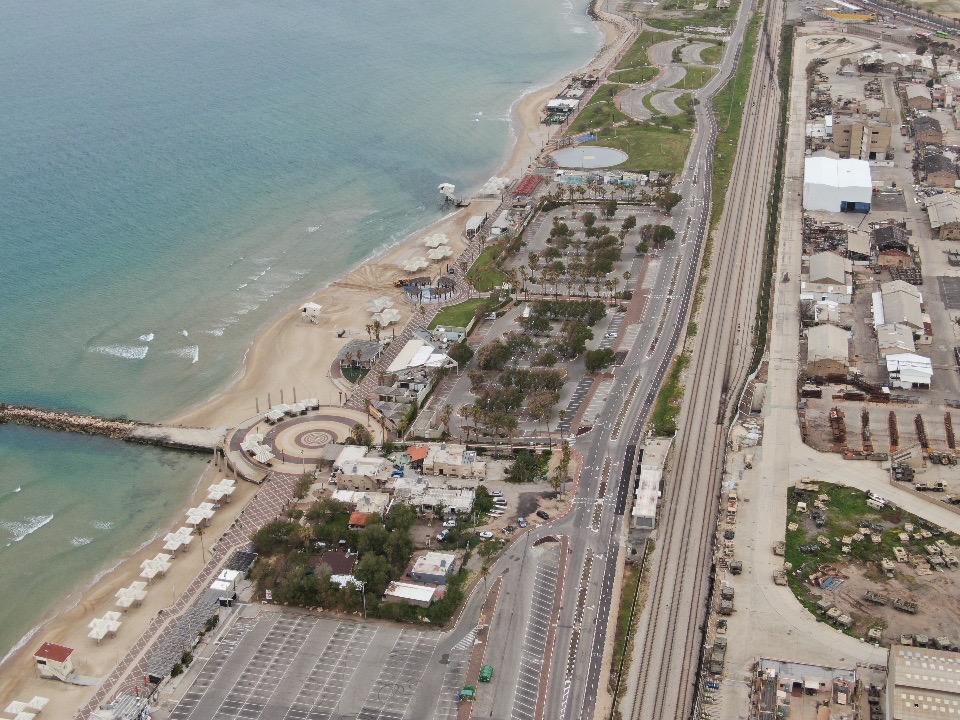 חוף דדו ומסילת הרכבת • העיר חיפה ריקה בתקופת סגר הקורונה (צילום רחפן: מרום בן-אריה)