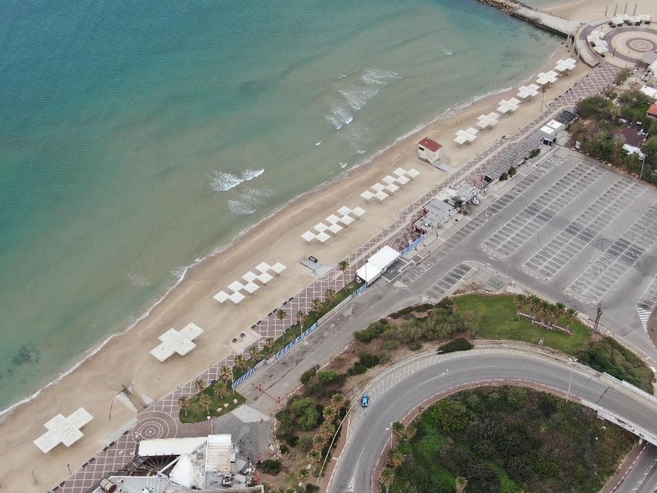 חוף דדו • העיר חיפה ריקה בתקופת סגר הקורונה (צילום רחפן: מרום בן-אריה)