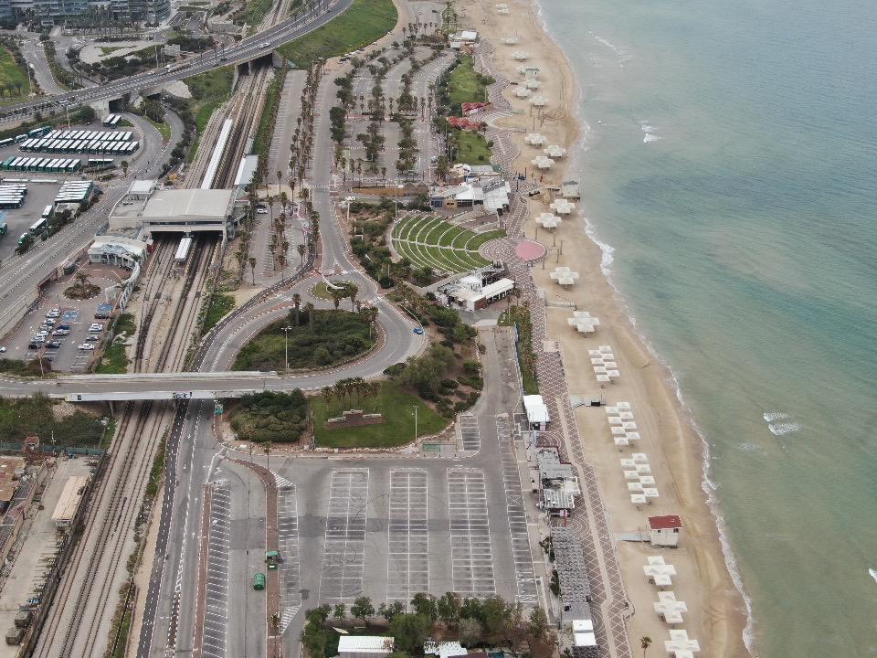 חוף דדו והאמפיתאטרון • העיר חיפה ריקה בתקופת סגר הקורונה (צילום רחפן: מרום בן-אריה)