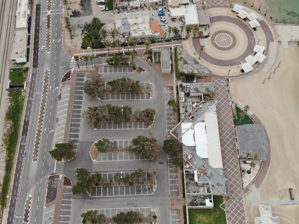 רחבת הקדרים בחוף דדו ומגרש החניה • העיר חיפה ריקה בתקופת סגר הקורונה (צילום רחפן: מרום בן-אריה)