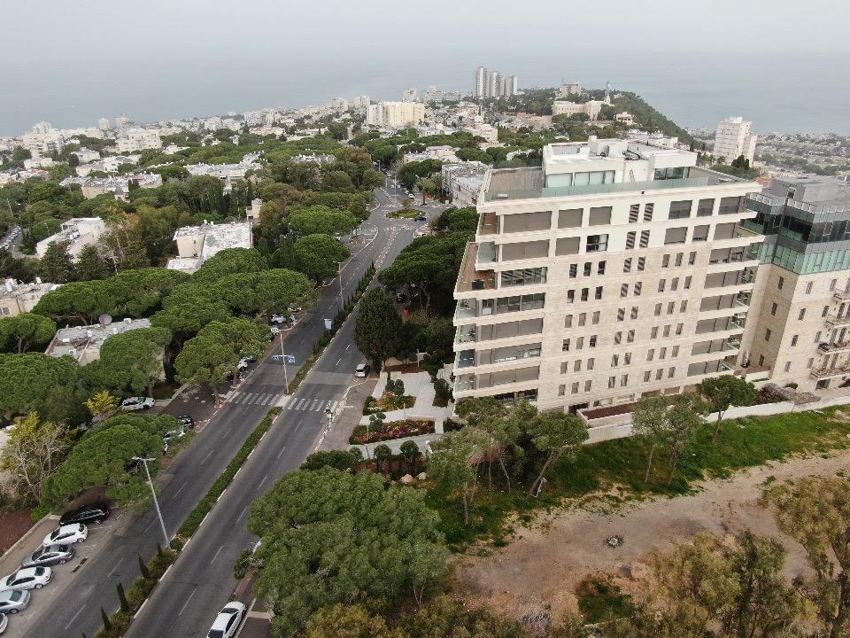 שדרות הנשיא - מבט לצפון מערב • העיר חיפה ריקה בתקופת סגר הקורונה (צילום רחפן: מרום בן-אריה)