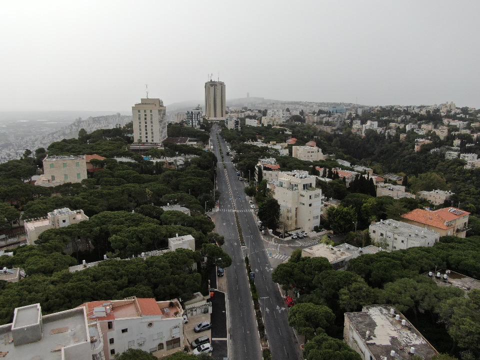שדרות הנשיא ומגדל פנורמה • העיר חיפה ריקה בתקופת סגר הקורונה (צילום רחפן: מרום בן-אריה)