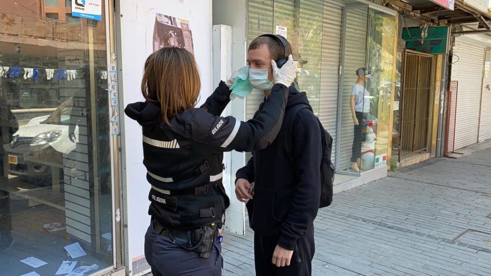 קורונה - פקחי עיריית חיפה חילקו מאות מסכות לתושבים (צילום: ראובן כהן, דוברות עיריית חיפה)