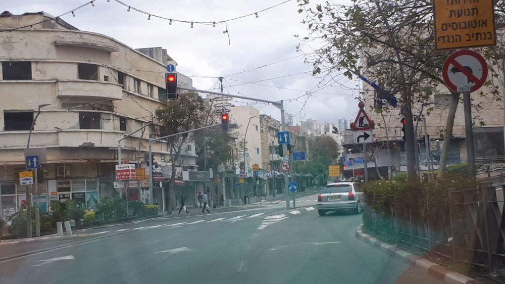 רחוב הרצל פינת בלפור • רחובות חיפה ריקים מאדם בליל הסדר - סגר קורונה (צילום: חי פה)