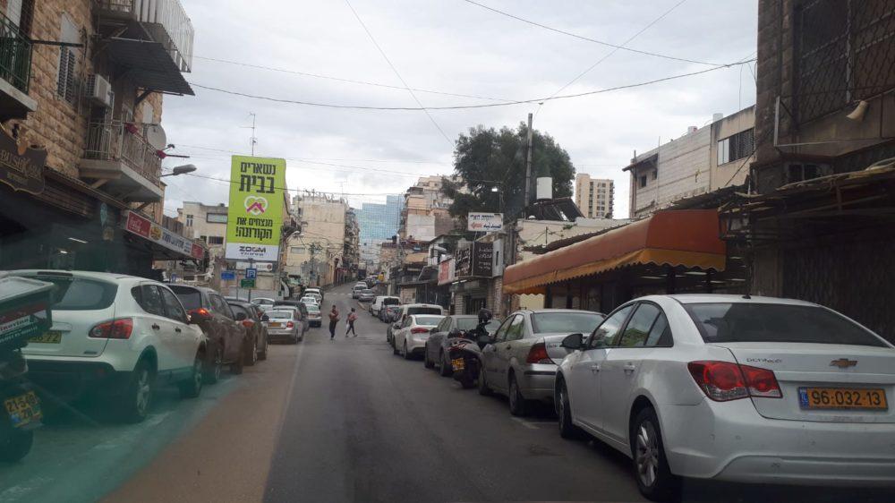 ואדי ניסנס, רח' חורי - יש מתי מעט חנויות מזון שעדיין פתוחות בואדי, אבל אין לקוחות. כולם בבתים - סגר קורונה (צילום: חי פה)