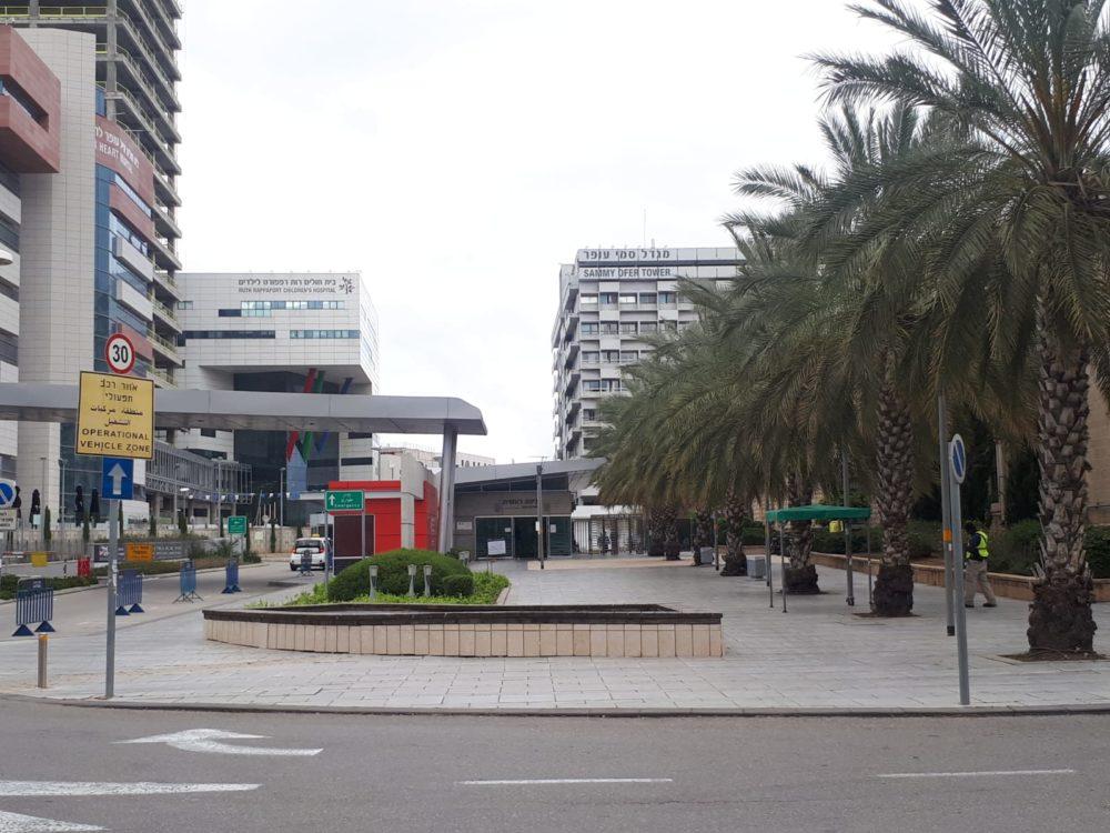 """בית החולים רמב""""ם • רחובות חיפה ריקים מאדם בליל הסדר - סגר קורונה (צילום: חי פה)"""