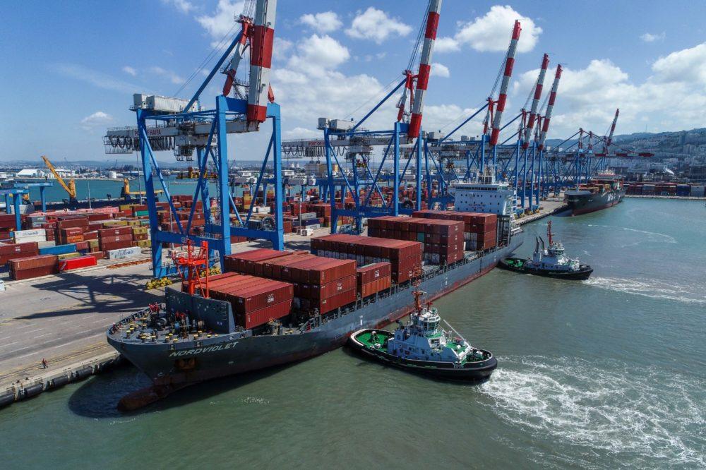 קורונה • פריקת ציוד רפואי על ידי אניית המופעלת על ידי חברת צים • צילום רחפן של כניסת האוניה לנמל חיפה: ארז סימון, גיאודרונס.