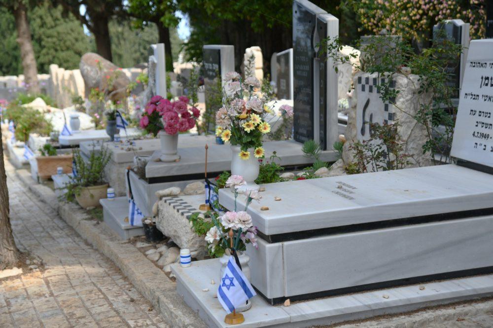 """פרחים בבבתי הקברות לחללי צה""""ל(צילום ניר בלזיצקי - דוברות עיריית חיפה)"""