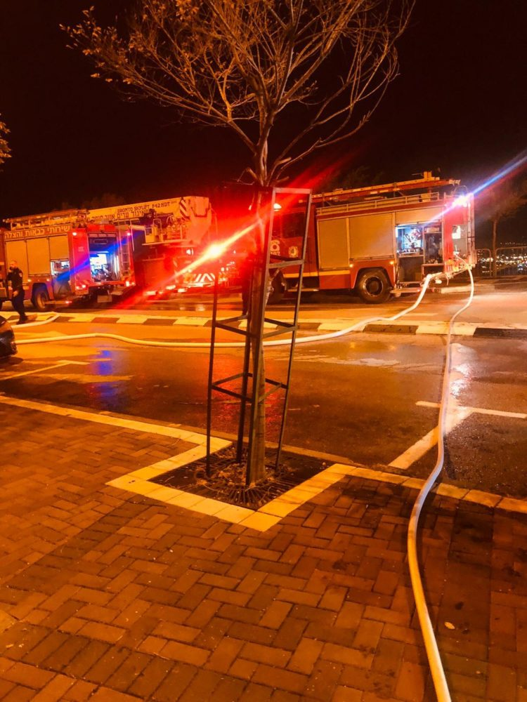 שריפת רכב בחניון תת קרקעי ברחוב הגליל בחיפה (צילום כבאות והצלה)
