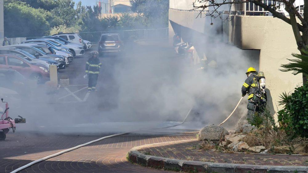 רכב עלה באש ברחוב גוט לוין בחיפה (צילום: כבאות והצלה)