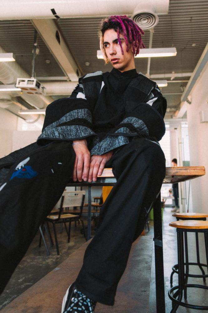 אייל בוחבוט עלון בעיצוב של ניקה יעקובוב (צילום: עדי סגל)