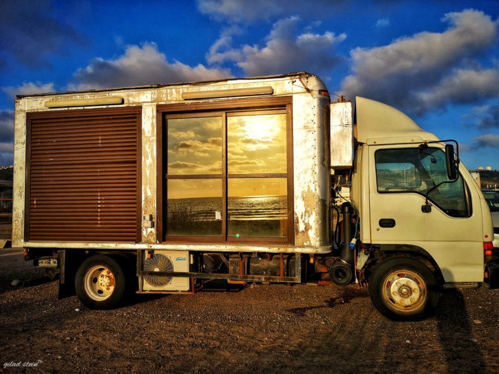 משאית בחוף הים (צילום גלעד שטיין)