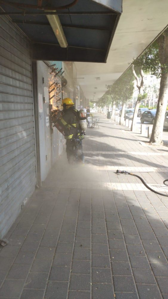שריפה בחנות ברחוב העצמאות בחיפה (צילום: כבאות והצלה - חיפה)