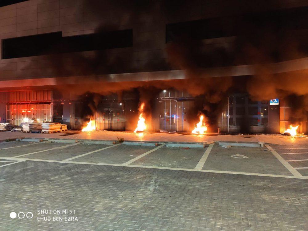 שריפה עם מספר מוקדים מחוץ לעסק בבנייה ברחוב בר יהודה בעיר נשר (צילום: כבאות והצלה)