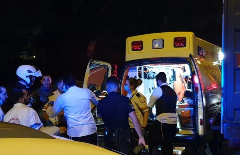 """פינוי פצוע מירי ברחוב הגיבורים בחיפה (צילום: מד""""א)"""